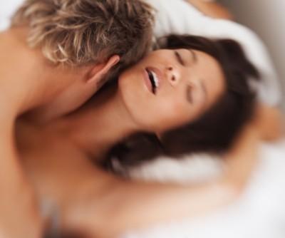 זוג נהנה בחדר לפי שעה