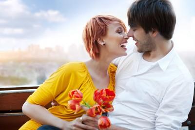 זוג רומנטי עם פרחים