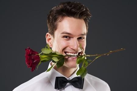 גבר עם ורד בפה