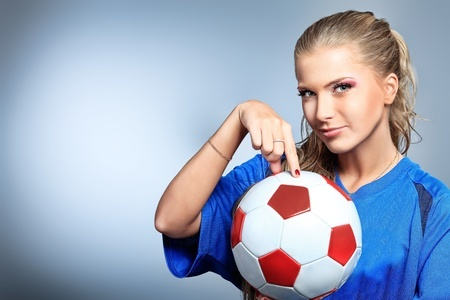 בחורה עם כדורגל